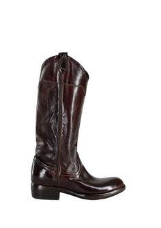 Bea 501  stivale tinto in capo in stile texano con gambale senza zip decorato da filetto verticale con colore in contrasto; la fascia superiore è applicata con cuciture ornamentali.