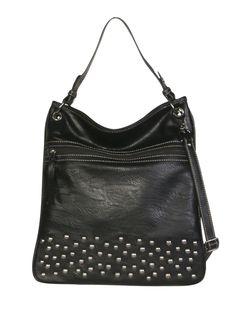 Shopper negro con tachas, una de las tendencias reinas de la temporada.