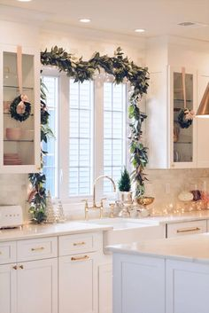 Christmas Bedroom, Farmhouse Christmas Decor, Rustic Christmas, Christmas Kitchen Decorations, Modern Christmas Decor, Christmas Staircase, Christmas Mantles, Victorian Christmas, Vintage Christmas