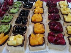 Obst-Marzipan-Törtchen aus eigener Herstellung Catering, Cheesecake, Desserts, Food, Russian Cuisine, Fruit, Tailgate Desserts, Deserts, Catering Business