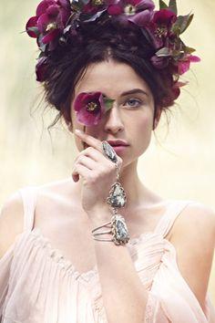 couronne de fleurs pourpres et bijoux vintage pour la mariée bohème