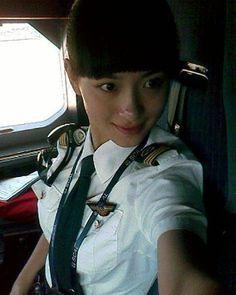 Wang Zhiqian, China's first female pilot of Airbus China. Female Pilot, Female Soldier, Aviation Theme, Aviation Forum, Aviators Women, Military Women, Fighter Pilot, Girls Uniforms, Pin Up Girls