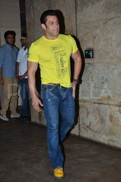 Salman Khan attended the special screening of Yellow . Yellow is a Marathi film, produced by Riteish Deshmukh, directed by Mahesh Lima. Sultan Salman Khan, Shahrukh Khan, Bollywood Actors, Bollywood Celebrities, Fb Cover Photos Unique, Salman Khan Wallpapers, Salman Khan Photo, Handsome Celebrities, Muslim Beauty