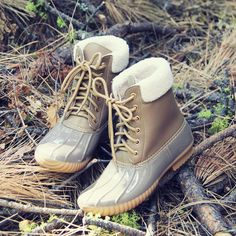 A cozy sherpa lining adorns these darling duck boots. Designed with a traditional rubber base & sole, these boots have a lace-up front and warm sherpa interior. Perfect paired with skinnies and a swea