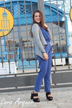 Mele con mono azul klein y chaqueta gris. Ideal...