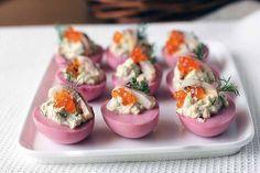 Оригинальная закуска — необычные фаршированные яйца Конечно, на празднику, да и даже без повода каждой хозяйке хочется удивить друзей и близких чем-то вкусненьким и необычным.  Оригинальная закуска к вашему праздничному столу- это вкусные и красивые, а главное, необычные фаршированные яйца, которые оценят все!   Ингредиенты:  5 яиц (10 половинок) 1 вареная свекла (средняя) 1 филе сельди сок 1/2 лимона 2 ст. л. сметаны несколько веточек укропа 1 ст. л. красной икры соль, перец