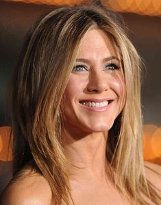 Few stars in Hollywood have managed to fight the aging process better than Jen--and now shes revealing how she does it! Jennifer Aniston looks at least 10 years younger than her biological age! Jennifer Aniston Fotos, Peinados Jennifer Aniston, Jennifer Aniston Pictures, Jennifer Aniston Makeup, Beauty Secrets, Beauty Hacks, Skin Secrets, Skin Tips, Beauty Tips