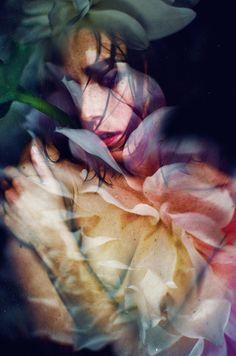 Fotógrafa mescla flores e mulheres.