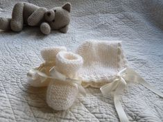 Sooo simple béguin - les explications Tricot Baby, Bonnet Crochet, 3rd Baby, Fingerless Gloves, Baby Knitting, Arm Warmers, Lana, Baby Shoes, Winter Hats