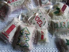 Decorazioni natalizie realizzate a punto croce, e perline, su tela aida con soggetti vari in tema. Creazione artigianale, eventuali imperfezioni sono dovute alla lavorazione manuale.  Scorta limitata, realizzabili su ordinazione.