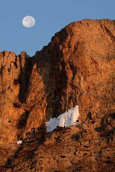 L'incroyable monastère à flanc de falaise d'Amorgos