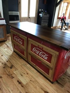 Turning an old coca cola cooler into a kitchen island Cafeteria Retro, Coca Cola Cooler, Coca Cola Vintage, Coke Machine, Coca Cola Decor, Coca Cola Kitchen, Cola Drinks, Always Coca Cola, World Of Coca Cola