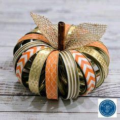 Canning Ring Pumpkin - Fall Decor - Turn those Mason jar rings into something cute with this quick & easy DIY tutorial! Canning Ring Pu - Pot Mason Diy, Mason Jar Crafts, Fall Mason Jars, Canning Ring Pumpkin, Mason Jar Pumpkin, Fall Projects, Diy Projects, Fall Diy, Fall Halloween