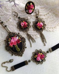 Görüntünün olası içeriği: mücevher Hand Embroidery Videos, Hand Embroidery Art, Learn Embroidery, Embroidery Patterns Free, Embroidery Jewelry, Ribbon Embroidery, Textile Jewelry, Fabric Jewelry, Fabric Embellishment