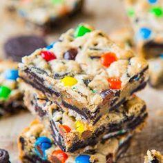 Loaded M&M Oreo Cookie Bar @keyingredient #cake #sandwich #chocolate