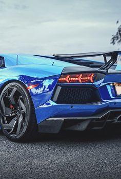 La #Lamborghini Aventador bleu éléctrique est une très belle voiture. Entre luxe et sport ce modèle est époustouflant. Encore une belle réussite de la marque Italienne.