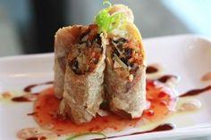 Rollitos de primavera como en el restaurante Los siempre ricos rollitos de primavera como te los ponen en los restaurantes, rellenos de zanahoria, col o lechuga y pollo.