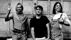 Nirvana in 1993 (from left): Kurt Cobain, Krist Novoselic, Dave Grohl. By Anton Corbijn. Grunge Goth, Grunge Style, Soft Grunge, Estilo Grunge, Dave Grohl, Jerry Lee Lewis, American Bandstand, The Strokes, Phil Collins