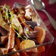 Pese ja kuori juurekset. Leikkaa porkkanat ja palsternakat pitkittäin paloiksi. Lohko lanttu ja selleri.Kuori ja lohko sipulit.
