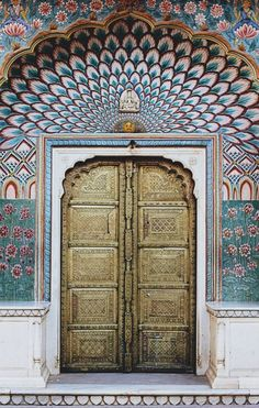 Jaipur, Rajasthan: The Lotus Gate at the City Palace is a thing of beauty. Located in the Pritam Niwas Chowk of the palace, the beautifully gilded door allows one access to the Chandra Mahal. Evocative of summertime bliss, this ornate gate with its motifs of pink lotuses in full bloom is dedicated to Lord Shiva and his wife, Parvati.