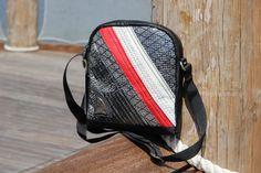 Borsello unisex in vela: laminato carbonio e dacron con inserto rosso  #sail #madeinitaly #handmade #lignano #vela #borsevela  #fattoamano #riciclo #riciclocreativo #upcycling #borsello #unisex #carbon