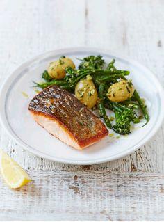 Łosoś to świetne źródło kwasów omega-3, korzystnie wpływających na funkcjonowanie układu krążenia, a także witaminy D, której zawdzięczamy zdrowe kości i zęby. Smażony na patelni łosoś to prosty sposób na wprowadzenie oleistych ryb do naszej diety, a podany z pysznymi warzywami w pesto jest świetnym pomysłem na obiad czy kolację.