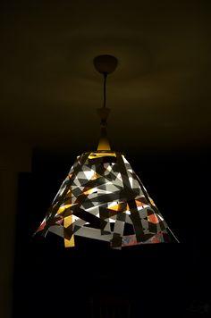 A papír az egyik kedvenc anyagunk sokoldalúsága, könnyen kezelhetősége, természetessége, újrahasznosíthatósága miatt. És mégcsak fel sem soroltuk az összes pozitív tulajdonságát! Ez alkalommal azt mutatjuk meg milyen ötletes lámpaernyőket készíthetünk belőle akár házilag…