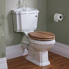 Traditionelle Toilette mit Toilettenbrille und Spülkasten - Image 2
