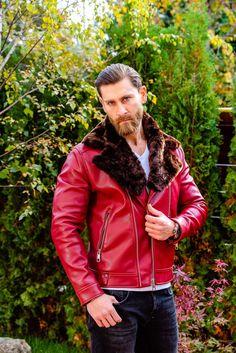 Geaca de piele rosie cu blana Mouton Dore. Geaca de piele barbati Joker. Geaca de piele colorata, vopsita de mana si accesorizata cu cele mai frumoase brose barbatesti. Geci piele colectia 2019-2020. Red Leather, Leather Jacket, Mai, Bespoke, Fashion, Studded Leather Jacket, Taylormade, Moda, Leather Jackets