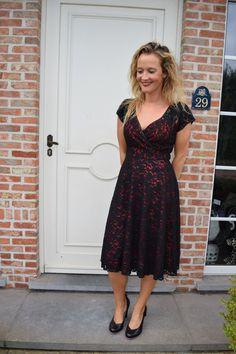 Kleding :: Zwarte kanten jurk met rode onderjurk - Hulahup