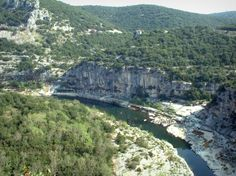 Ardeche Gorges: Hills covered with forests and limestone cliffs overhanging the river - France-Voyage.com