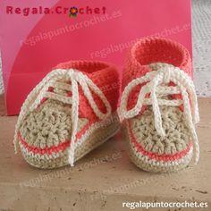 Deportivas niña coral-beige #botita #deportiva niña tejidas a #crochet con hilo 100% algodón. Para #bebés de 0 a 3 meses, 3 a 6 meses. Personalizables. Hecho a mano. #RegalaPuntoCrochet #handmade