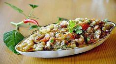 """Salata """"Melitzana"""" este o gustare tradițională grecească foarte gustoasă, aromată și moderat de picantă. Această gustare are un gust deosebit, de care te îndrăgostești iremediabil. Melitzana se prepară din vinete și roșii coapte și este asezonată cu sos de ulei și suc de lămâie. La dorință puteți adăuga ardei iute, pentru un gust mai picant. …"""