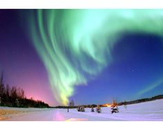 Aurora boreal sobre Alaska. Cada aparición de la aurora boreal es única. En algunas ocasiones ves tres bandas verdes, bailando en el cielo nocturno. Otras veces se muestra como una cortina de verde eléctrico o como un tornado de luz tenue. El color es un verde luminoso a veces con un toque de rosa en los bordes y ocasionalmente violeta en el centro.