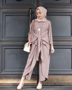 This Elegant muslim outift ideas for eid mubarak 60 image is part from Elegant Muslim Outfits Ideas for Eid Mubarak gallery and article, click read it bellow to see high resolutions quality image and another awesome image ideas. Casual Hijab Outfit, Hijab Dress, Islamic Fashion, Muslim Fashion, Modest Dresses, Modest Outfits, Eid Outfits, Moslem, Kebaya Muslim