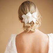 Pente Heloisa para cabelo de noivas com lírios, aplique de dois lindos lírios de cetim com pistilos de vidrilhos, perfeito para coques ou penteados de cabelo meio presos, de R$200,00 por R$ 160,00.