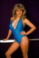 Samantha Fox poseert in 1984 in een blauw pakje