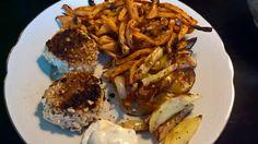 Middag: Sprøde Laksedeller med kartofler, sødekartofler, løg og hvidløg hertil chilli-limedressing. Opskrift: MIDDAGE  -sund og slank året rundt, side 90.