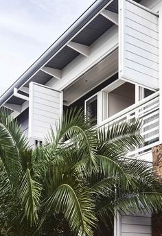 Architect Philip Corben and interior stylist Lucy Purchas Corben created the perfect holiday house, named Ayindi, in Byron Bay. Beach Cottage Style, Beach Cottage Decor, Coastal Style, Coastal Living, Lake Cottage, Modern Coastal, Cottage Chic, Modern Contemporary, Tropical Home Decor