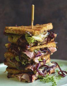 Sandwich mit geschmolzenem Brie, Schinken, grobem Senf und Balsamico Zwiebeln als deftiges Sonntagsfrühstück, Lunch oder Snack