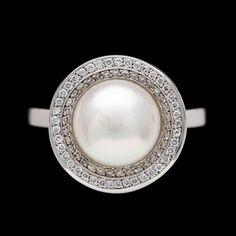 RING, odlad pärla med dubbelkrans av små briljantslipade diamanter, tot. ca 0.60 ct.  18k vitguld. St St 16.5/52.
