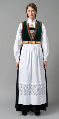 Bilde av bunad fra Hordaland, Sørfjorden Ethnic Fashion, Retro Fashion, Medieval Dress, Folk Costume, Fashion History, Traditional Dresses, How To Look Pretty, Mittens, Fashion Dresses