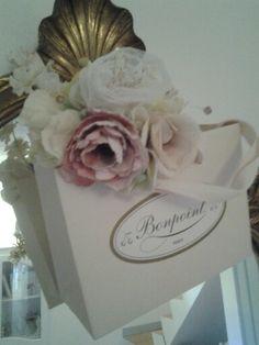 Couronne de fleurs et petit sac Bonpoint. Le tout rose poudré.  J'adore!