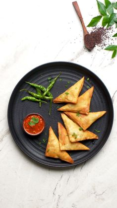 Crunchy and moreish, these patti samosas are the perfect street food treat to make at home. Turmeric Recipes, Veg Recipes, Vegetarian Recipes, Cooking Recipes, Indian Dessert Recipes, Indian Snacks, Samosa Recipe Videos, Omurice Recipe, Diwali Food