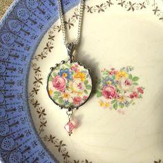 Hoi! Ik heb een geweldige listing gevonden op Etsy https://www.etsy.com/nl/listing/239632656/broken-china-jewelry-pendant-necklace