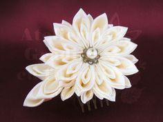 Crizantema kanzashi din satin crem – vedere din față.   Crizanteme kanzashi pentru mirese - Atelierul Grădina cu fluturiAtelierul Grădina cu fluturi