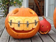 The Best Halloween Pumpkin Designs & Ideas for you! Greet trick-or-treaters have a creepy and fun Halloween with simple, easy-to-carve pumpkin ideas! Halloween 2017, Holidays Halloween, Halloween Pumpkins, Happy Halloween, Halloween Decorations, Funny Halloween, Halloween Stuff, Halloween Costumes, Halloween Teeth