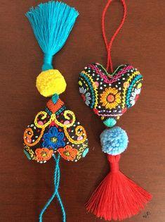 Corazón o mandala colgante « Dekoration Garden Woody Packer Felt Embroidery, Embroidery Stitches, Embroidery Patterns, Pom Pom Crafts, Passementerie, Fabric Jewelry, Felt Hearts, Felt Ornaments, Wool Felt