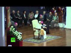 incredibile cosa combina questo bambino a papa francesco!