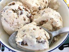 Ayer os hablaba del otoño y este viernes os traigo una receta de helado, pero ¡hey! es que el helado es un postre para todo el año y este con trocitos de chocolatina Daim todavía más.